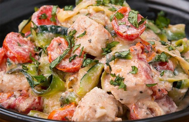 Paste din zucchini cu carne de pui si sos de parmezan